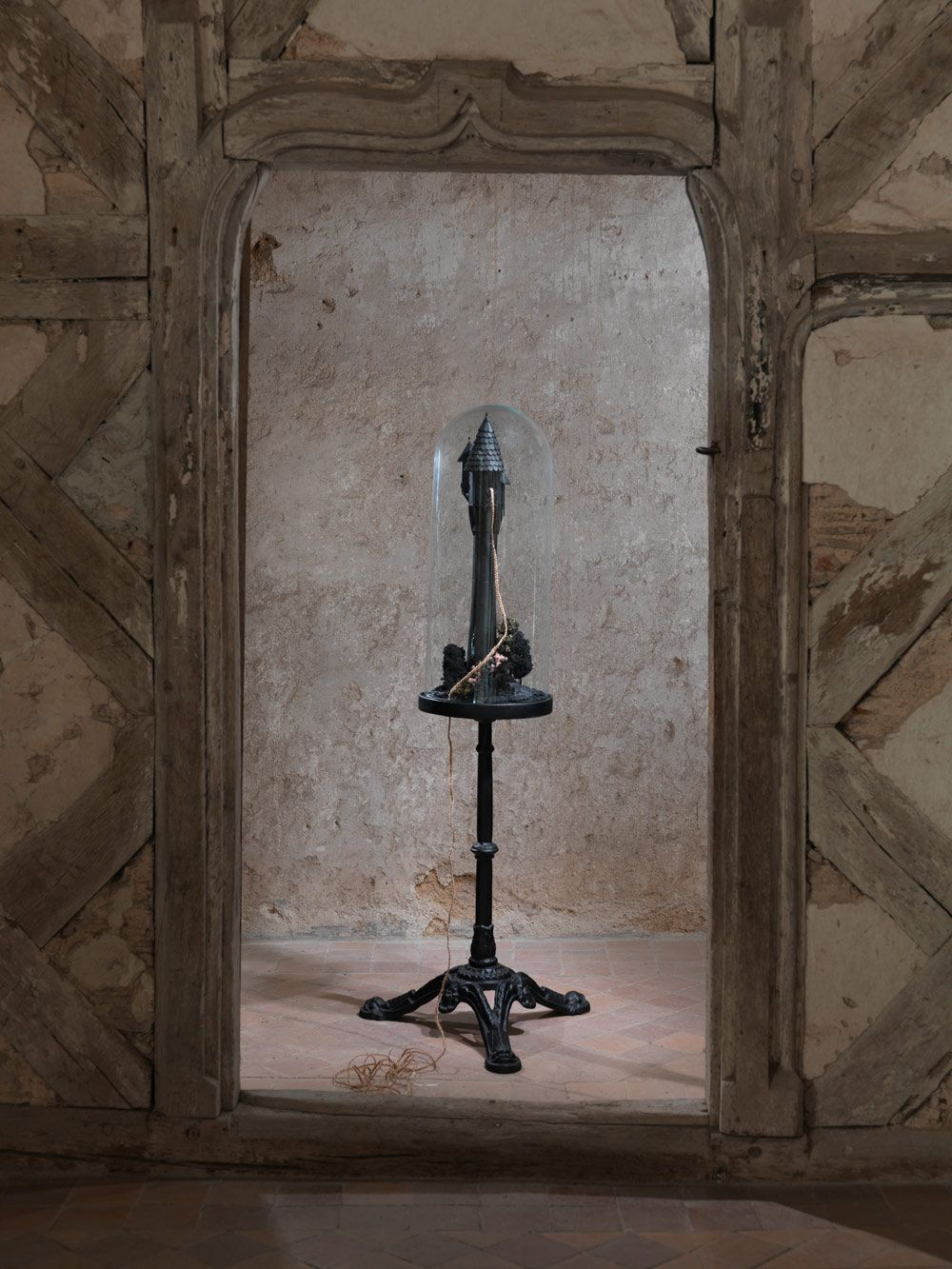 bourdarel-katia_mother-knows-best_installation-sculpture_bois-verre-cheveux-pieds-en-fonte_130x60x60-cm_courtesy-galerie-eva-hober-paris