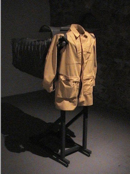 Manteau de fonction, 2001 (patron de Michel Aubry) - vue de l'exposition au FRAC Limousin, 2002