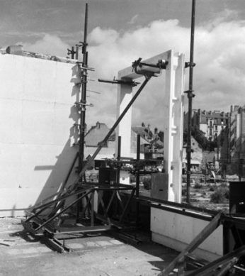 Chantier îlot 4, procédé Croizat Angeli, mise en place du bloc, 1946, ©MEED MTLER, Orléans (auteur inconnu)